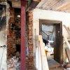 Gastraum  stillgelegter Kamin und neue Unterstützung aus Stahl